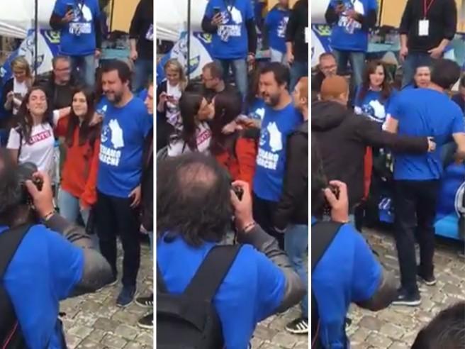 Salvini due ragazze si baciano e un terzo cerca di baciare lui: la reazione del ministro