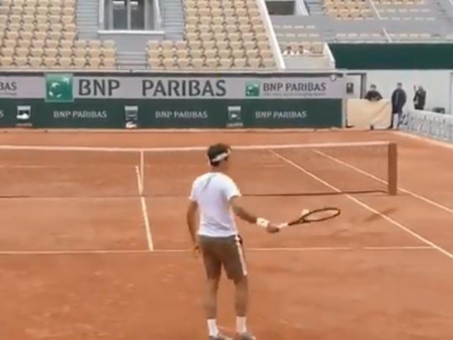 Federer calamita la pallina: così lo svizzero la stoppa con la racchetta