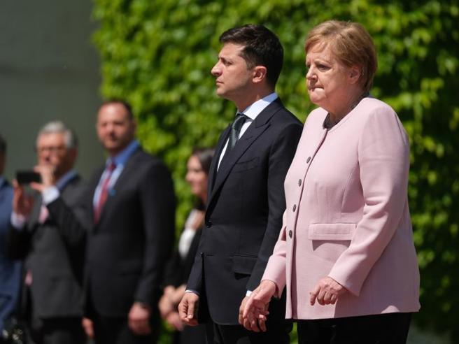 Angela Merkel, il malore e poi le rassicurazioni: «Solo disidratazione»
