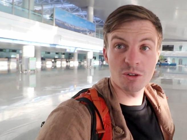 Dove sono tutti? Il turista occidentale da solo nell'aeroporto (vuoto) di Pyongyang