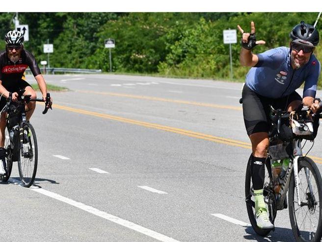 Omar, la pazza sfida in bici dal West all'Atlantico: sul podio dopo 6 mila km