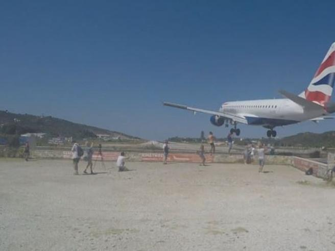 Grecia, gli aerei sfiorano le teste dei turisti sull'isola di Skiathos: il video