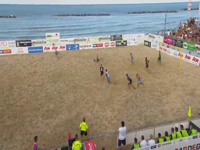 La rovesciata impossibile: è il gol più bello dell'anno? Video