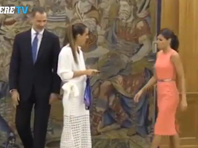 Letizia Ortiz non segue il protocollo e fa un'altra figuraccia con Re Felipe