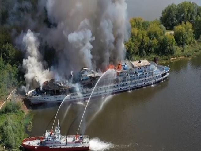 Russia, nave da crociera in fiamme sul Volga: le immagini dei soccorsi