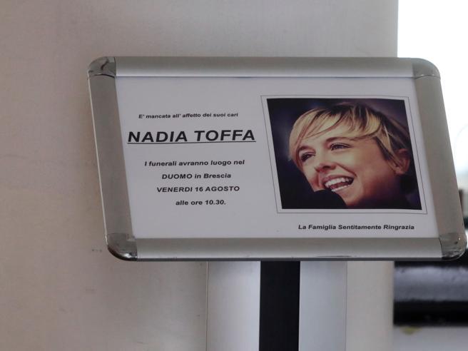 I funerali di Nadia Toffa nella sua Brescia: la diretta video