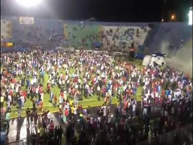 Honduras, follia al derby: 3 tifosi morti nella calca, anche i calciatori feriti