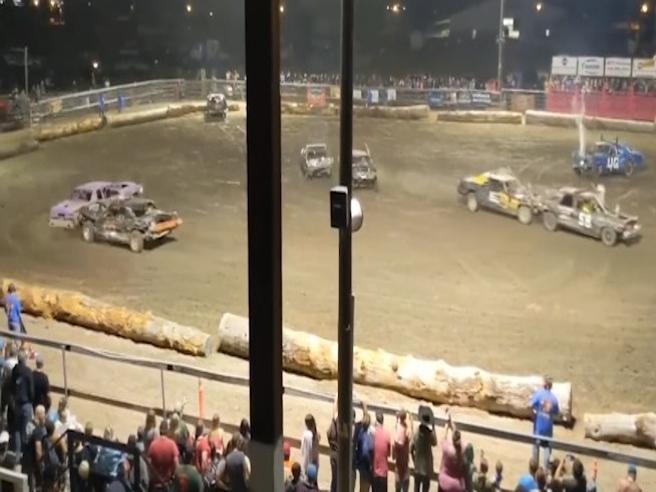 Auto contro recinzione durante il demolition derby, muore una spettatrice: il momento dell'incidente