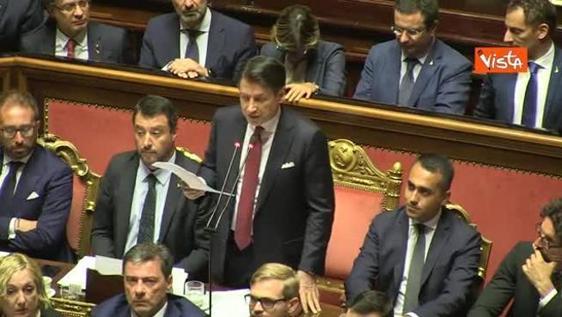 Conte critica Salvini su uso simboli religiosi, lui alza gli occhi al cielo e bacia il rosario