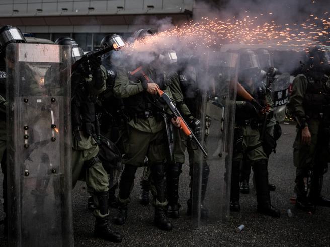 Hong Kong: nuovi scontri, polizia spara colpi pistola. Idranti contro gli attivisti