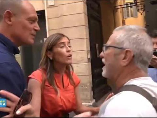 Boschi contestata fuori dalla Camera: «Vi siete abbassati, come fate a non vergognarvi»