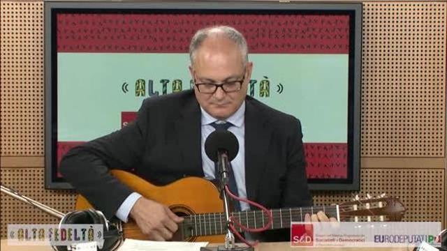 governo, quando il ministro dell`economia gualtieri suonava bella ciao con la chitarra. video