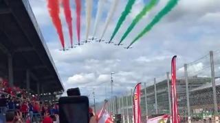 Gp di Monza, il passaggio delle frecce tricolori accende l'entusiasmo dei tifosi Ferrari