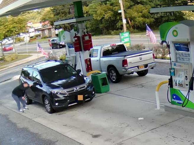 Ladro alla stazione di benzina: ruba borsa dall'auto mentre una donna fa rifornimento. Ecco come agisce