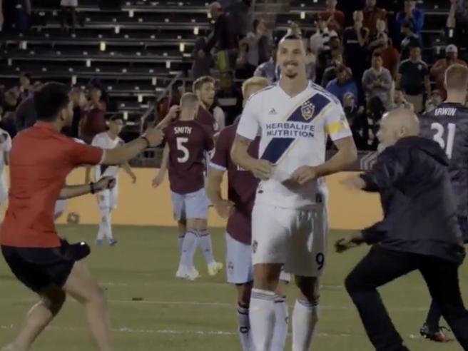 Ibrahimovic is not impressed, lo svedese non si scompone mentre tutti cercano di avvicinarlo