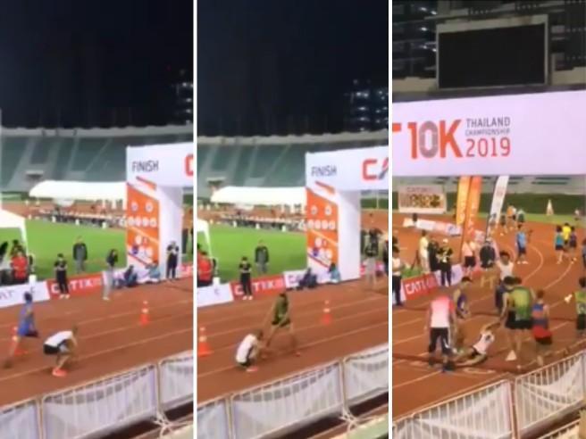 Runner crolla a terra a 5 metri dal traguardo, atleta sacrifica la sua gara, si ferma e lo aiuta: il gesto diventa virale