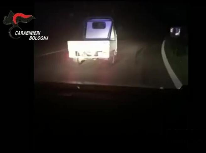 Bologna, inseguito dai Carabinieri si dà alla fuga a bordo di un'apecar 50