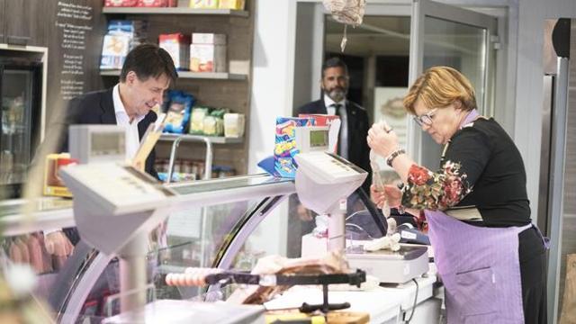 Conte in visita nelle zone terremotate, pausa gastronomica tra salumi e formaggi