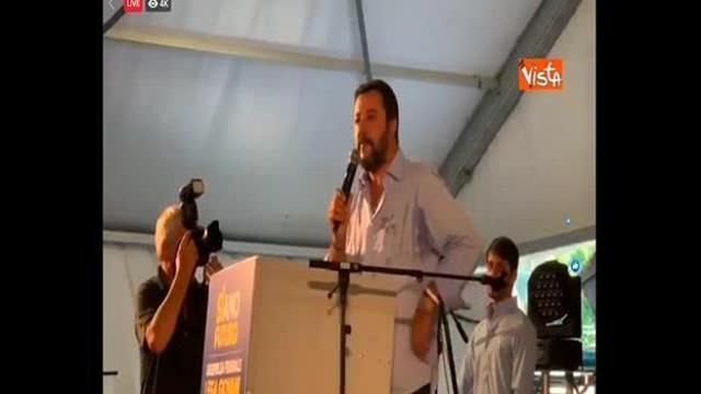 'Chi non salta comunista è', i cori dei giovani della Lega a Pontida mentre parla Salvini