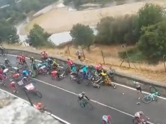 Maxi caduta alla Vuelta, in Spagna: una tifosa dalla terrazza si spaventa, «Si ammazzano così»