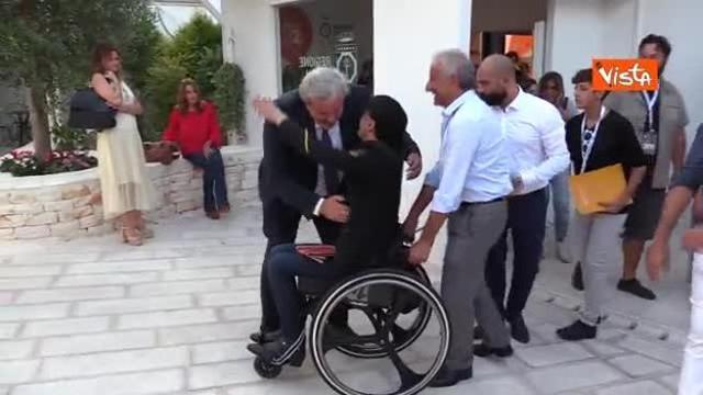 Emiliano abbraccia Ezio Bosso al termine dell'incontro con il pubblico alla Fiera del Levante