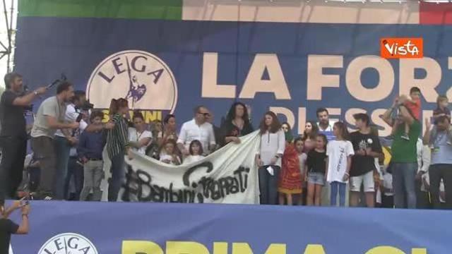 Salvini sul palco di Pontida insieme a bambina di Bibbiano