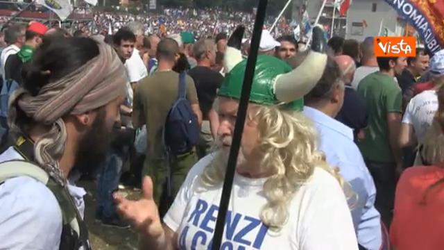 Lega a Pontida, elmi, magliette verdi e cartelli: tutte le stravaganze dei manifestanti