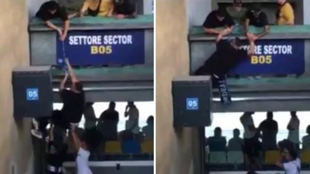 super popolare migliore qualità per adatto a uomini/donne Napoli, la scena ripresa allo stadio: usa la sciarpa come fune per scalare  un muro e cambia settore