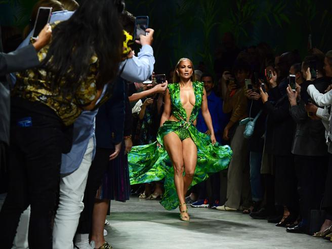 Jennifer Lopez a Milano: sulla passerella di Versace con il celebre Jungle Dress