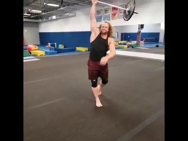 Capriola con il bilanciere: le acrobazie in palestra di Jon Call