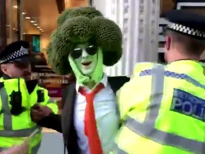 L'uomo-broccolo arrestato a Londra durante manifestazione per il clima