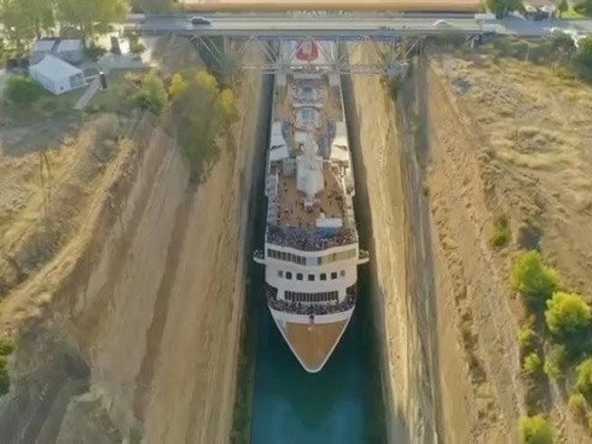 L'incredibile manovra della nave nello strettissimo Canale di Corinto