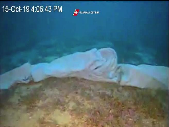 I corpi dei migranti sui fondali di Lampedusa: il video dei sommozzatori