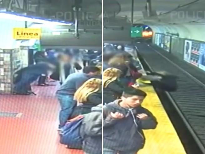 Buenos Aires, panico in metropolitana: cade sui binari mentre arriva il treno, salvata dai passeggeri