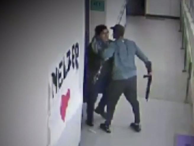 Il coach abbraccia lo studente con il fucile e lo disarma: il video che ha commosso l'America