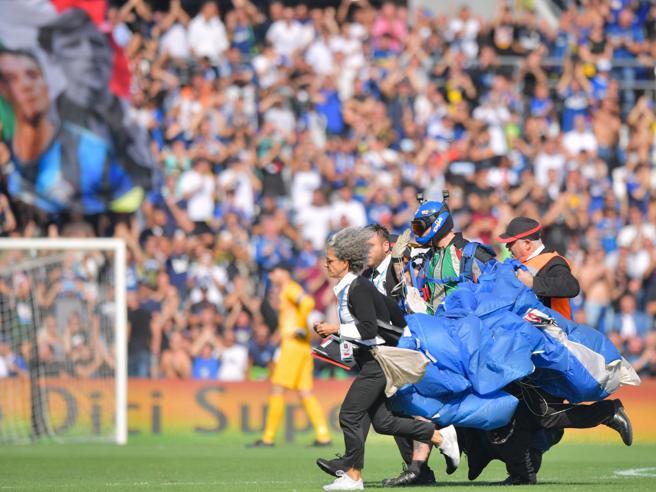 Sassuolo-Inter, paracadutista in campo: interrotta la partita