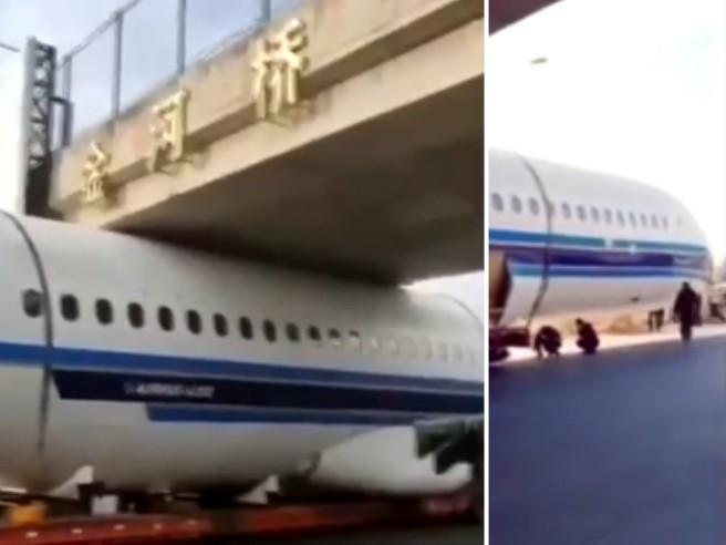 Cina, camionista imbranato: l'aereo rimane incastrato sotto il ponte