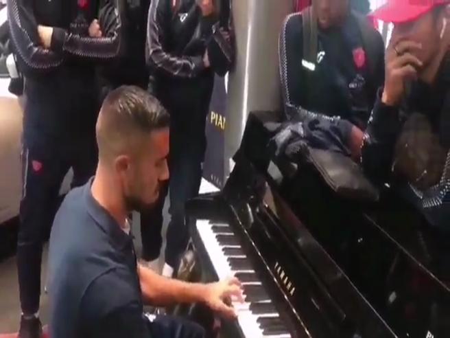 Giocatore del Perugia suona Yann Tiersen all'aeroporto
