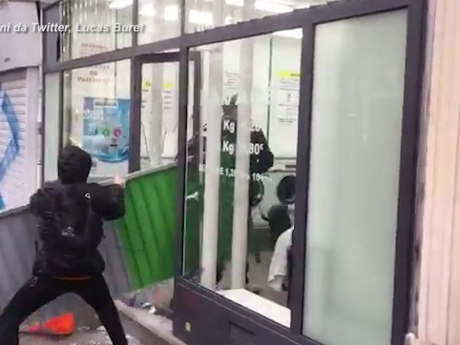Parigi, gilet gialli assediano poliziotti chiusi in una lavanderia