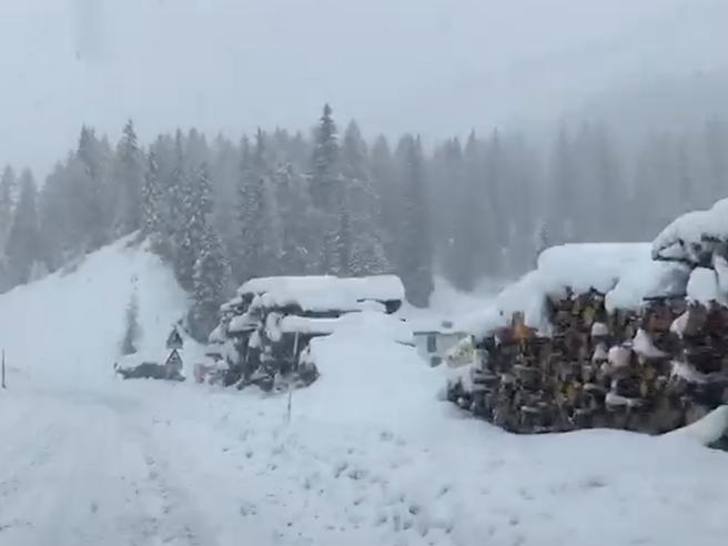Maltempo, eccezionale nevicata in Alto Adige: 13 mila utenze senza corrente