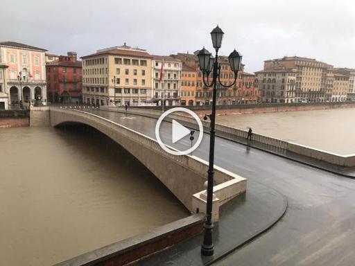 Maltempo a Pisa, lungarni chiusi al traffico per montare le paratie - Corriere TV
