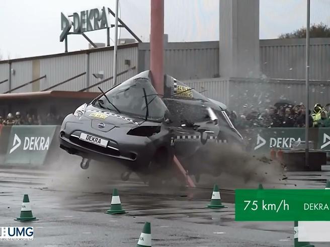 Crash test a 75 km/h contro un palo: l'auto si piega a metà e perde pezzi, dopo lo schianto è irriconoscibile