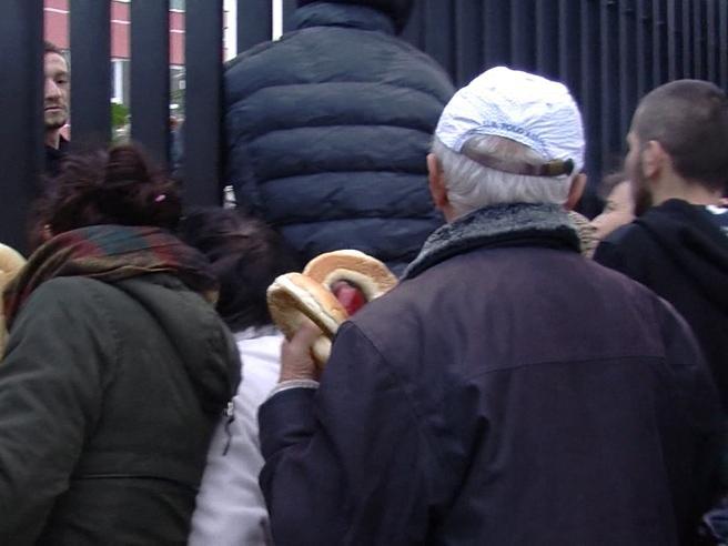 Sisma Albania, decine di persone in fila per il pane allo stadio di Durazzo