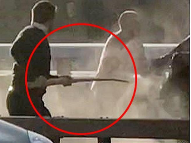 Attentato di Londra, l'aggressore bloccato con un estintore e l'osso di narvalo