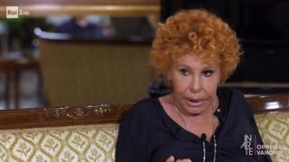 Ornella Vanoni confessa: «Fumo canne da 55 anni, mi servono badanti che rollano»