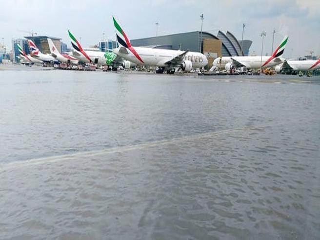L'aeroporto di Dubai finisce sott'acqua: caos voli e passeggeri arrabbiati