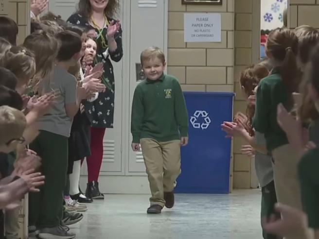 A 6 anni vince la lotta alla leucemia: la standing ovation dei compagni di scuola dopo l'ultima chemio