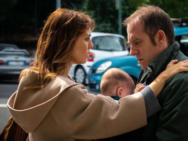 «I figli» di Paola Cortellesi e Valerio Mastandrea: «Ti devo dire una cosa...», «Hai  un altro?». La clip inedita del film