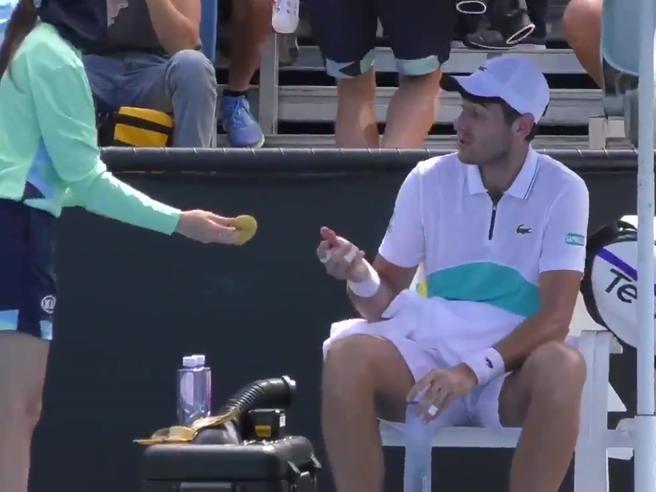 Benchetrit chiede alla raccattapalle di sbucciare la banana: l'arbitro lo riprende e il video diventa virale