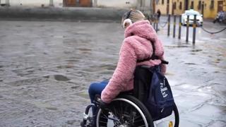 «Sono 400 metri ma sembrano 10 km»: ecco il percorso in carrozzina dove è caduto  Niccolò, lo studente disabile di Firenze morto per una buca